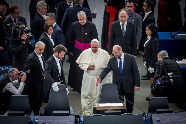 Le pape François au Parlement européen, invité par Martin Schulz à s'assoir
