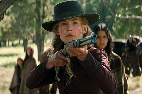 Image tirée du film: Une femme portant un chapeau de cowboy porte son regard et son fusil derrière le spectateur.
