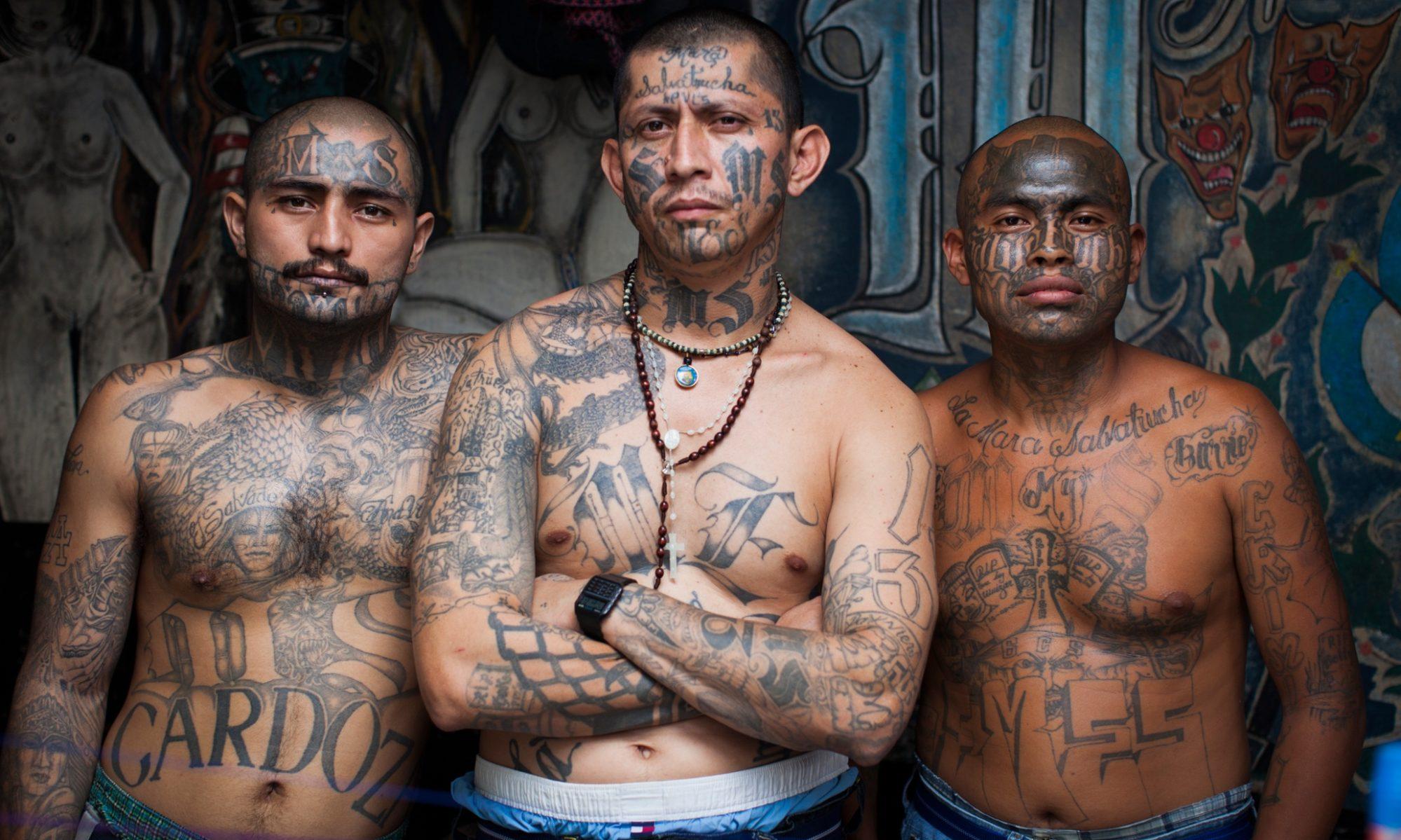 Hommes tatoués, membres du gang Mara (Amérique centrale)