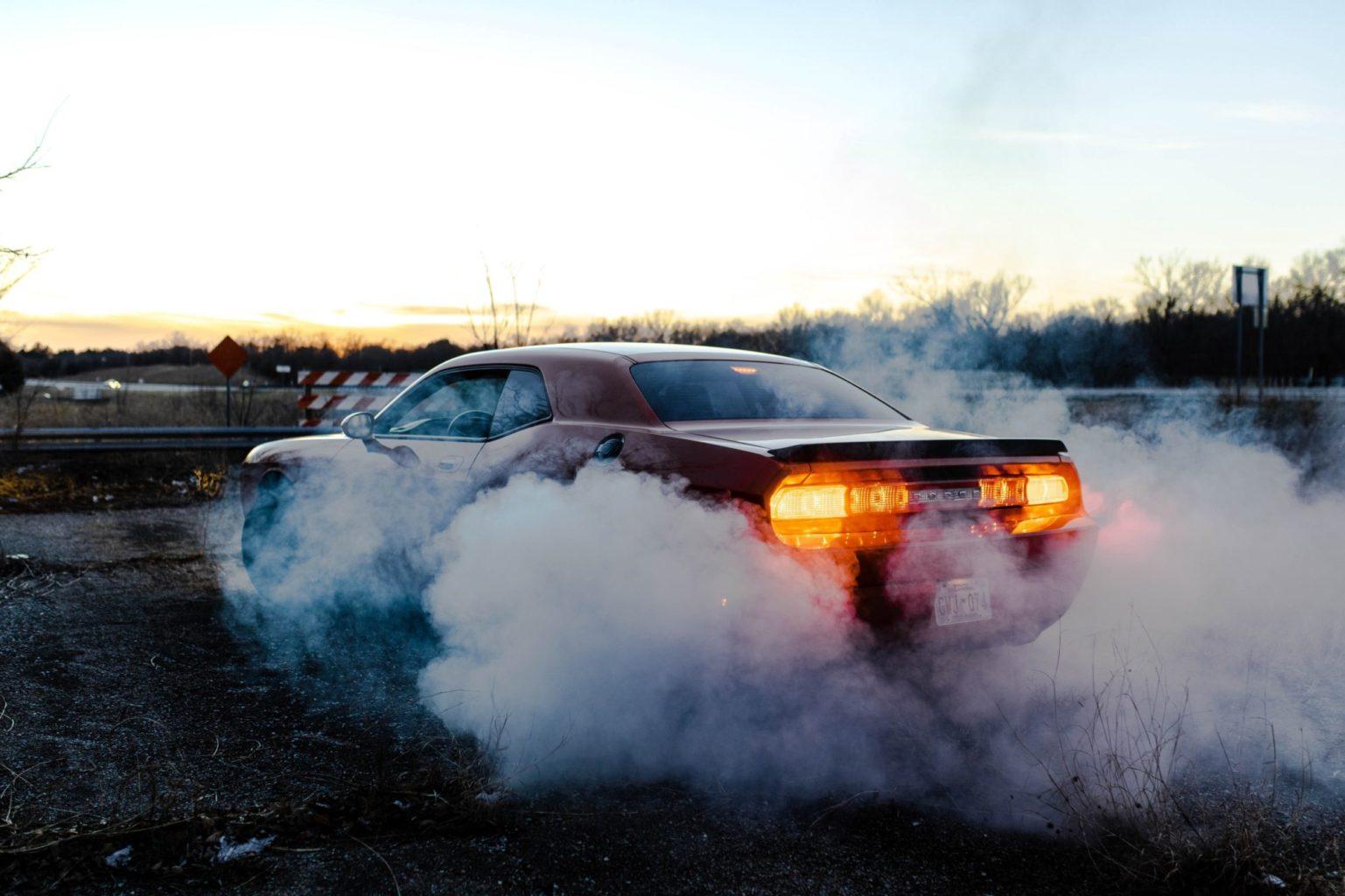 Pot d'échappement d'une voiture crachant de la fumée