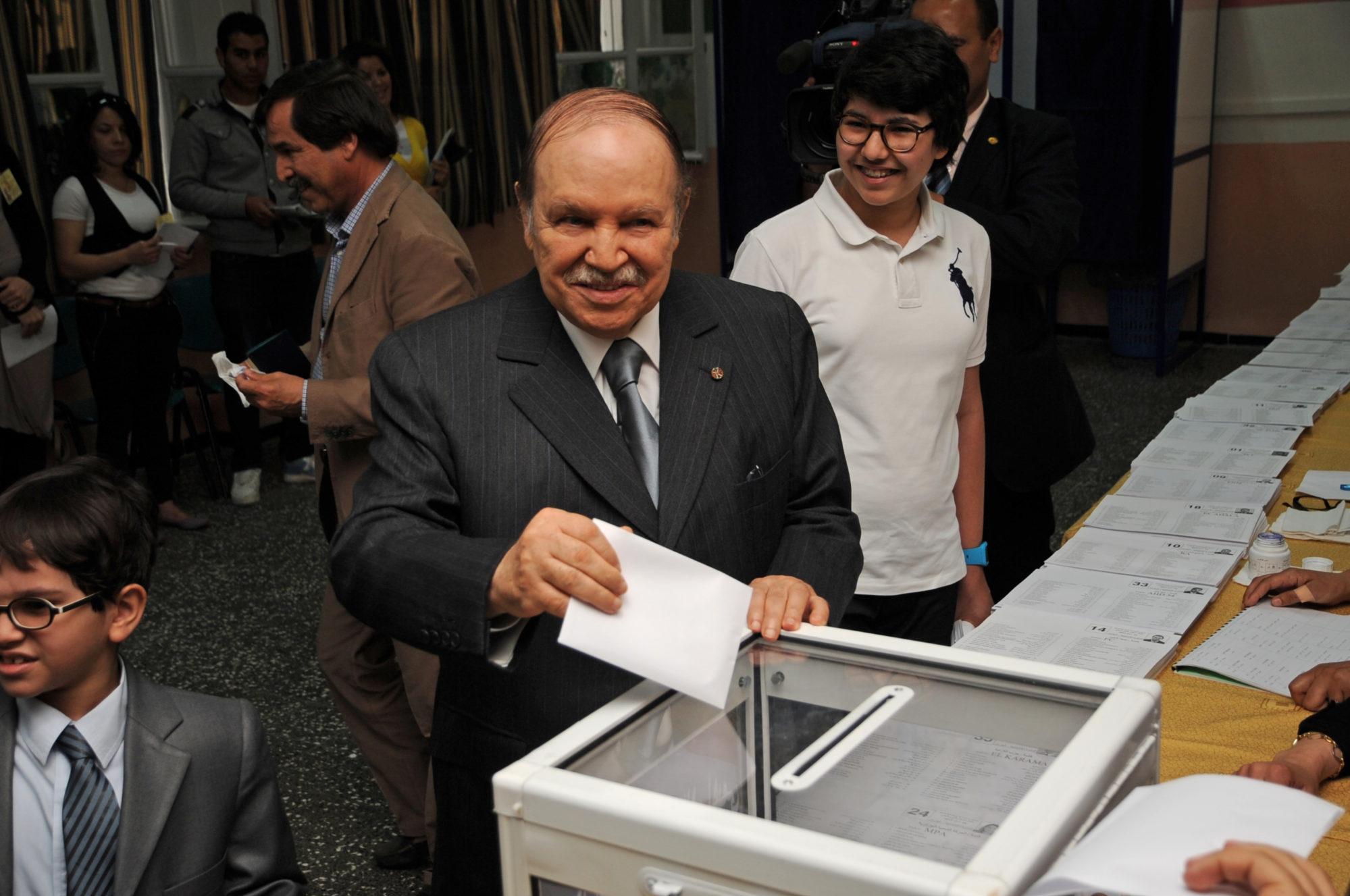 Le président Bouteflika devant une urne en 2012