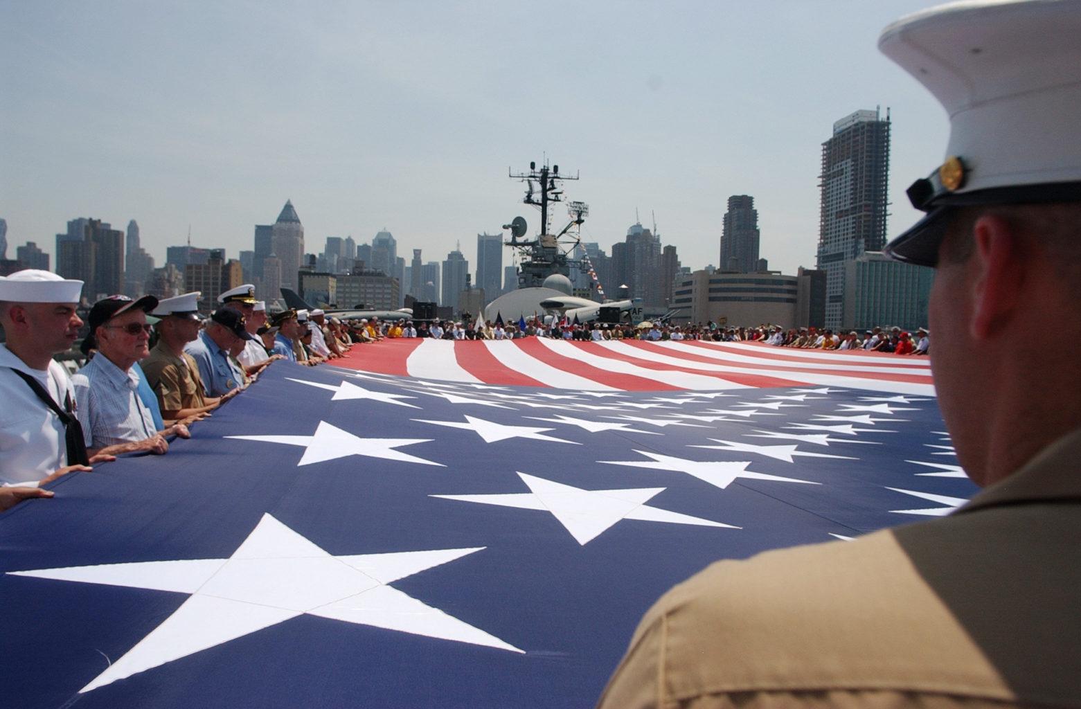 Soldats qui portent le drapeau des US à une cérémonie des Marines