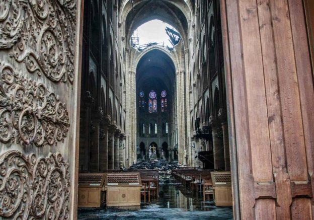 Vue de l'intérieur de Notre-Dame de Paris dévastée par l'incendie
